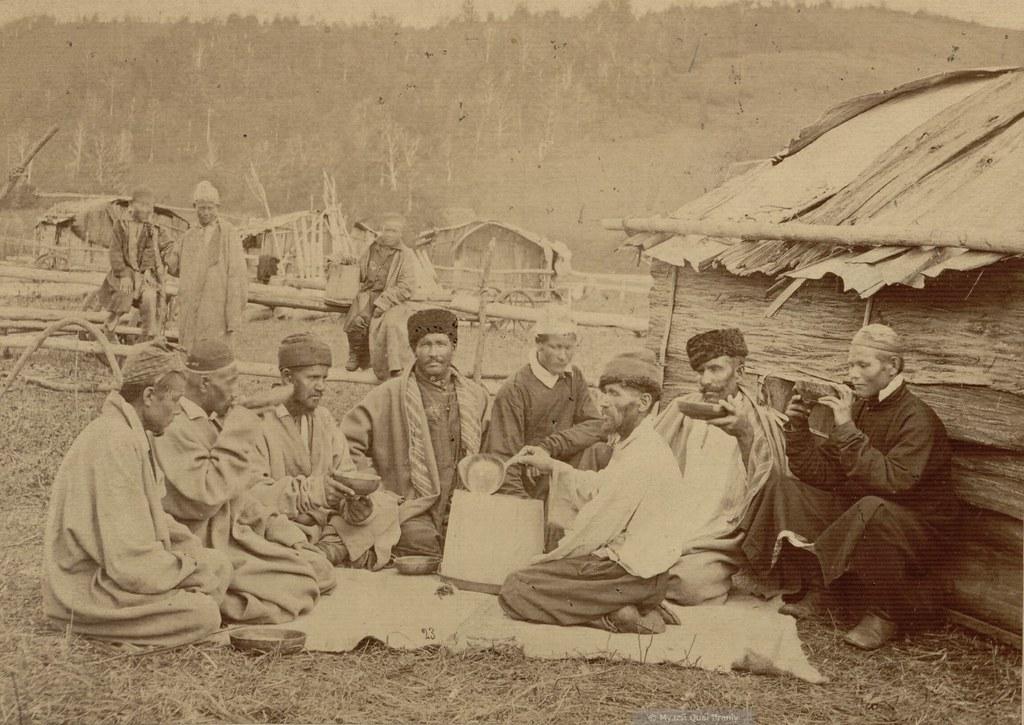 Башкиры в гостях угощаются кумысом