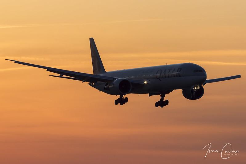 Boeing 777-3DZ/ER – Qatar Airways – A7-BAZ – Brussels Airport (BRU EBBR) – 2018 04 06 – Landing RWY 25L – 02 – Copyright © 2018 Ivan Coninx