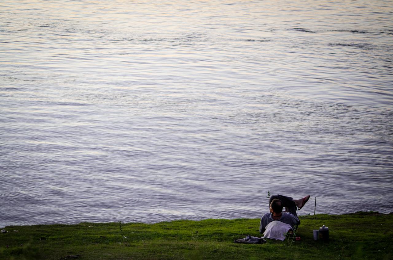 Un pescador disfruta de las últimos minutos de la tarde a orillas del río Paraguay, durante una tarde de sábado, después de una larga jornada de pesca en la localidad de Zanjita, departamento de Ñeembucú. (Elton Núñez).