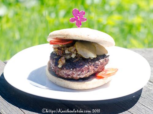 Wildburger mit Blauschimmelkäse und knusprigen Schalotten