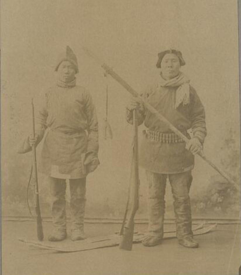 Портрет двух вооруженных охотников