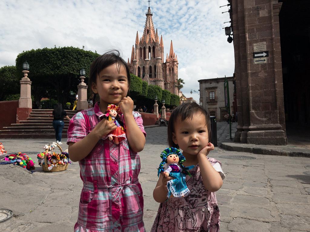 buying muñecas