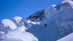 Macieik i Paweł pokonują most śnieżny na szczeliną w labiryncie serków przy Da Buuch.