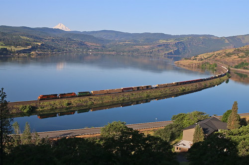 trains railroads bnsf fallbridgesub columbiariver columbiagorge bingen washington freighttrains mthood