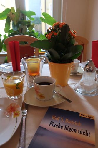 Kaffee und Orangensaft zur Morgenlektüre