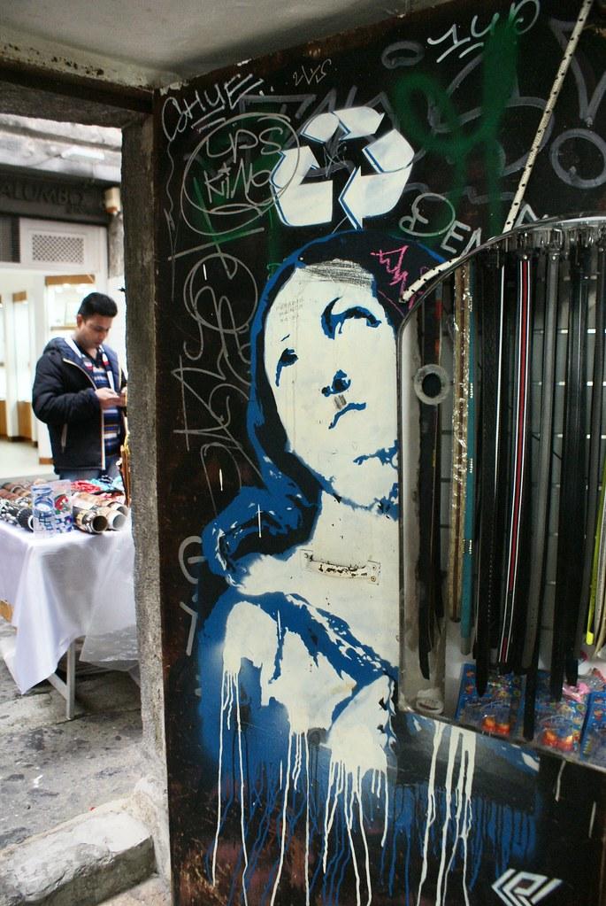 Street art à Naples : La madone et le consumérisme (?).