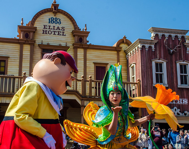 Blowing kiss flower girl Dream Up TDL