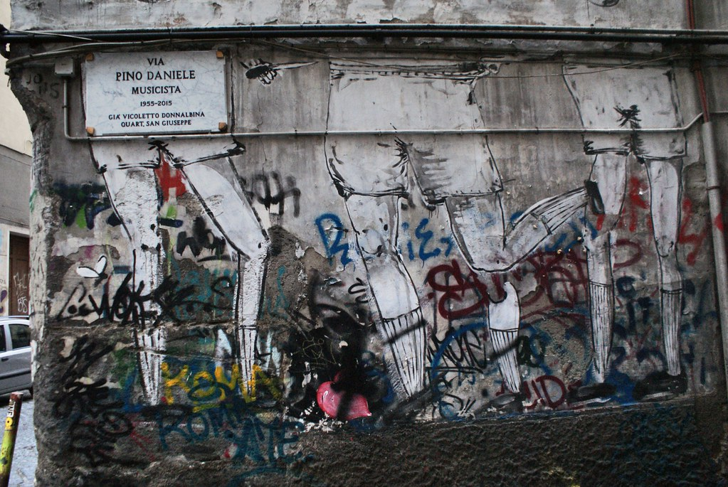 Street art : Dans un registre plus léger, les jambes de joueurs de foot à Naples