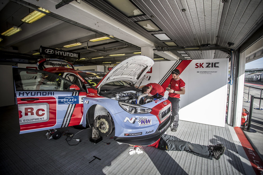 05 MICHELISZ Norbert (HUN), BRC Racing Team, Hyundai i30 N TCR, mecaniciens mechanics during the 2018 FIA WTCR World Touring Car cup, Race of Hungary at hungaroring, Budapest from april 27 to 29 - Photo Gregory Lenormand / DPPI