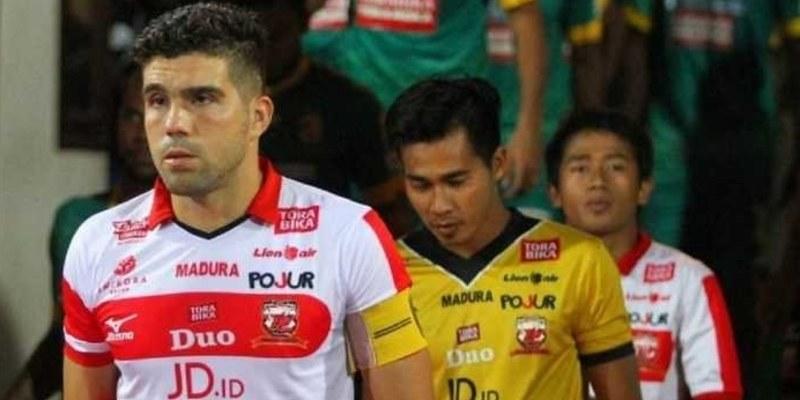 http://cafegoal.com/berita-bola-akurat/2-bek-andalan-madura-united-nanti-tidak-akan-bermain-karena-cedera/