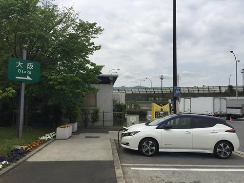 名神高速道路 桂川PA(下り)で急速充電中の日産リーフ(40kWh)