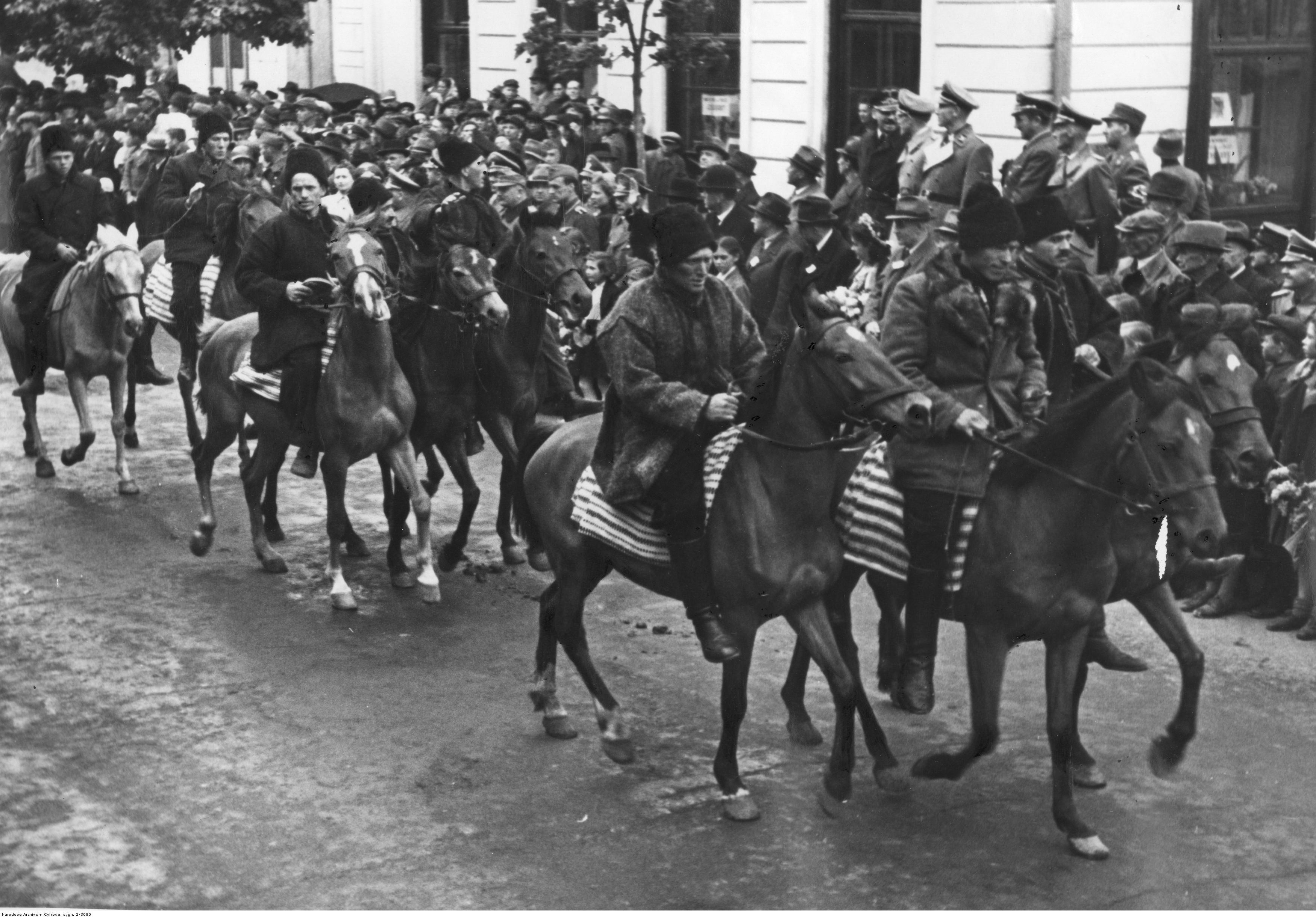 1943. Марш украинских крестьян на лошадях по случаю прибытия гененрал-губернатора Ганса Франка. Май