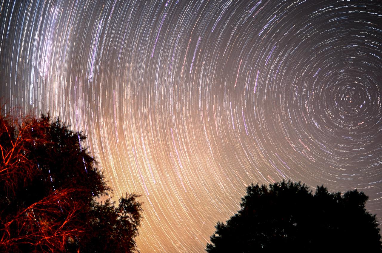 Las estrellas del cielo de Ñeembucú dibujan círculos en el cielo, en una fotografía de larga exposición. A pesar de que en verano y otoño aún no es época de visualización plena de la vía láctea, se puede jugar con el paisaje nocturno y ejecutar distintas técnicas. (Elton Núñez).