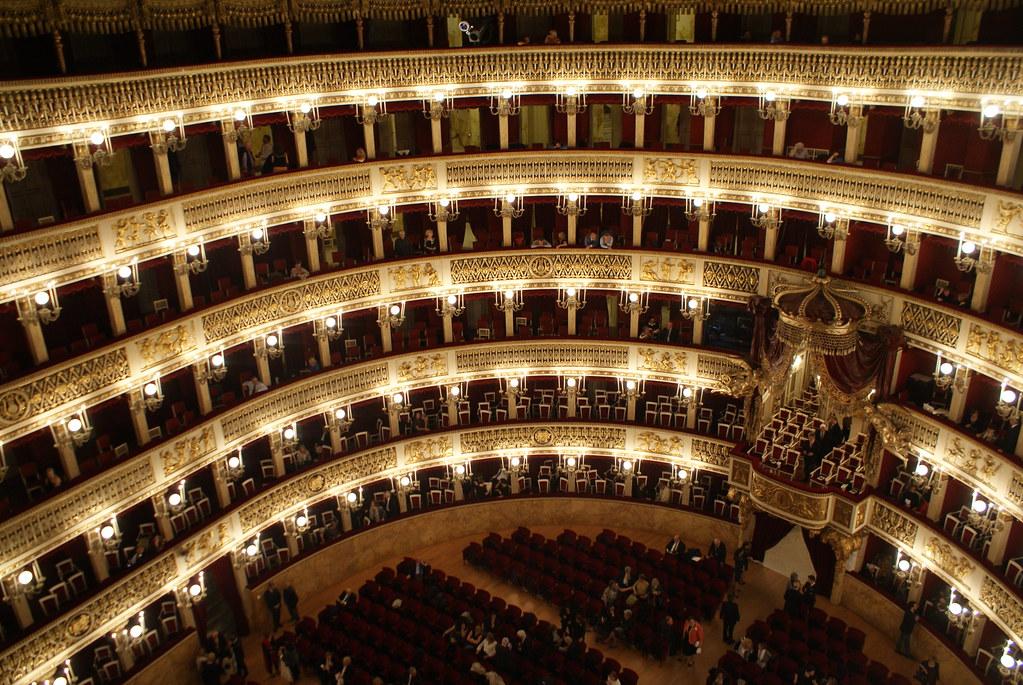 Sortir à Naples : A l'intérieur de l'opéra San Carlo à Naples.