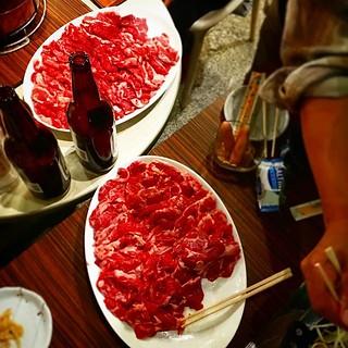 これだけの量の肉を見たのは人生初というくらい肉盛り肉祭りの打ち上げ!!すっげーっす!!参加してる人数もめっちゃ多いけど、まじすげー!!