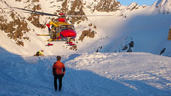 Lądowanie helikoptera przed schroniskiem Marinelli Bombardieri 2813m.
