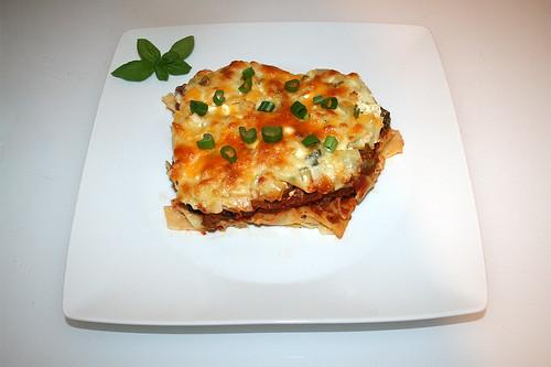 42 - Beefy sour cream noodle casserole - Served / Cremiger Sauerrahm-Nudelauflauf - Serviert
