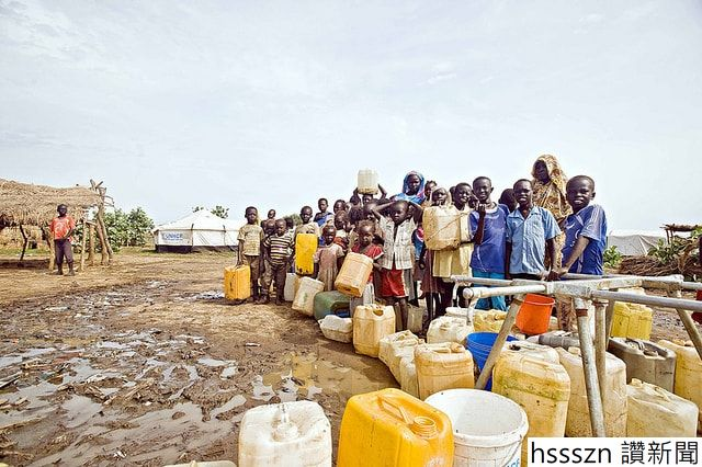 children-and-women-in-line-for-water-crisis-shortage_640_426