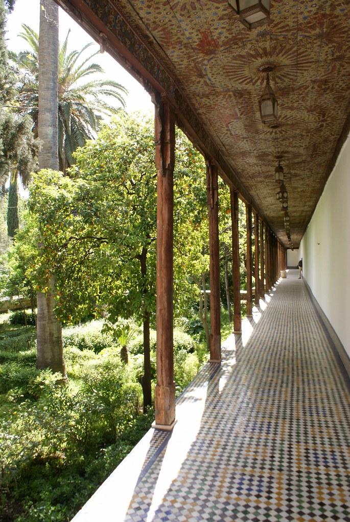Couloir du jardin du musée Batha à Fès est de style arabo-andalou.