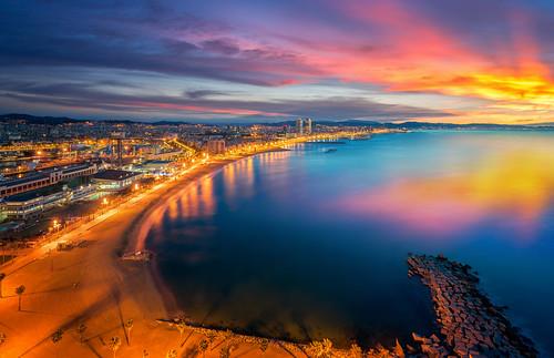 Barcelona beach on morning sunrise por Anek Suwannaphoom