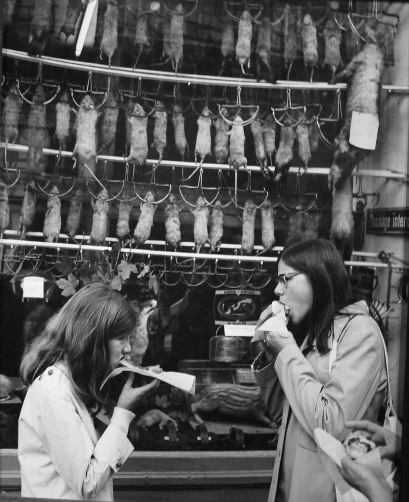 1971. Две женщины обедают в Ле-Аль перед магазином «Au Renard Blanc»