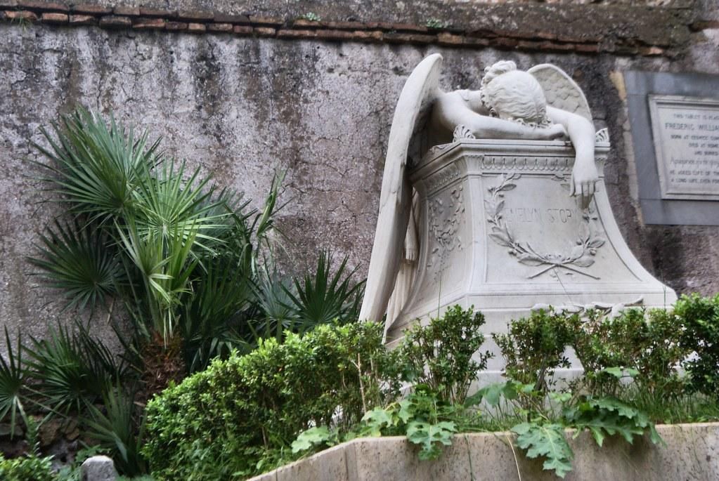 > Sculpture d'un ange effondré de tristesse du cimetière protestant ou non-catholique de Rome.