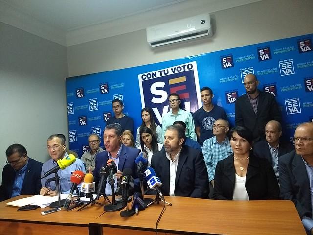 """Venezuela: """"Parte da oposição deu as costas à população"""", diz candidato Henri Falcón"""