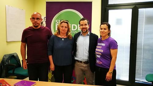 El diputado de Unidos Podemos Sergio Pascual con el grupo municipal de Sí se puede