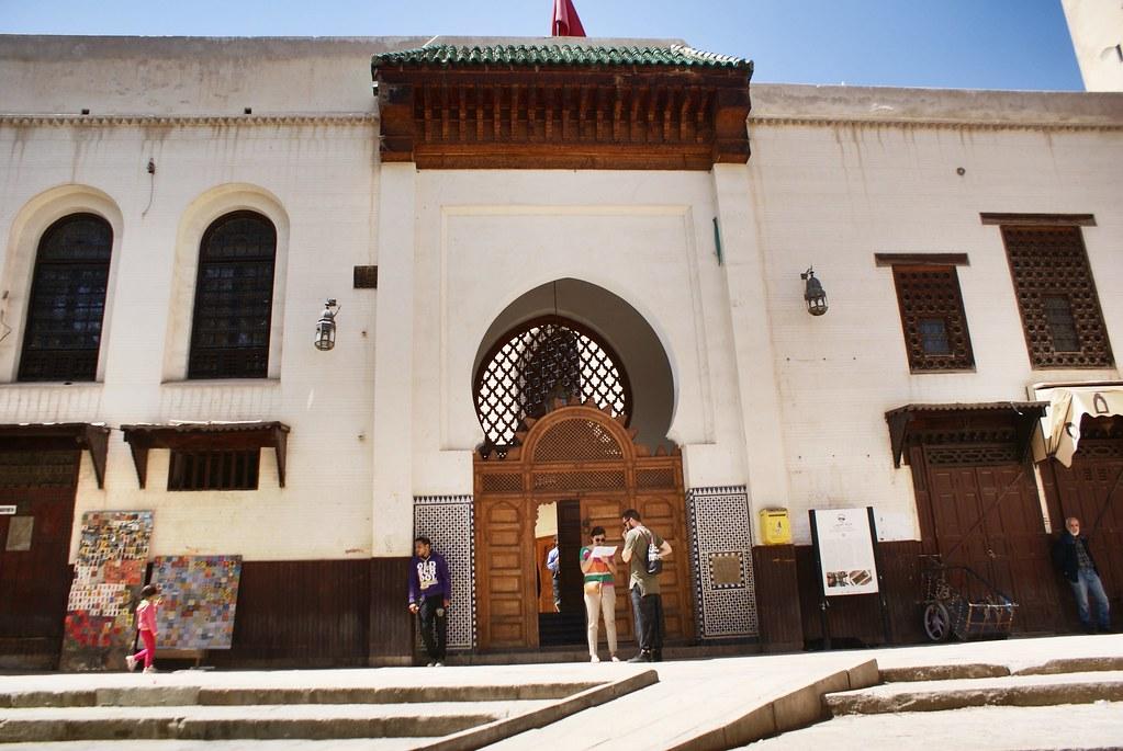 Entrée de la bibliothèque de l'université Karaouiyne sur la place Saffarine de Fès.
