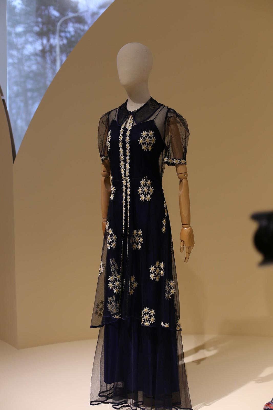 Вечернее платье из синего тюля, вышитое ромашками