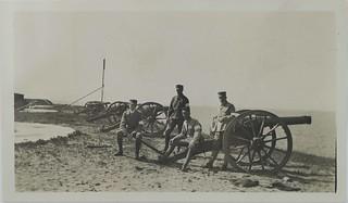 Soldiers and artillery in Kustaanmiekka