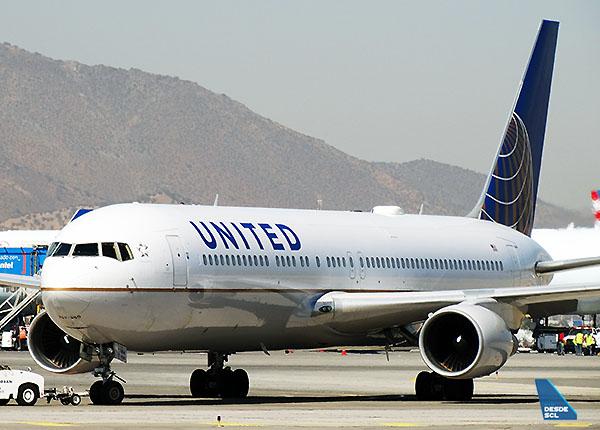 United B767-300ER front (RD)