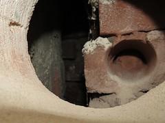 Zicht op de kop van de buitenmuur van de schoorsteen, 6 mei 2013