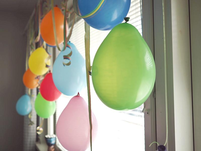 ilmapalloja vappukoristelu ikkunaan