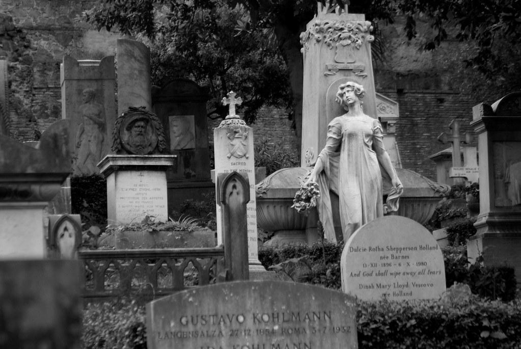 Le cimetière protestant de Rome est un lieu apprécié des romantiques, gothiques et autres thanatologues.