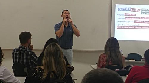 palestra debate formas de comunicação com deficientes auditivos e visuais