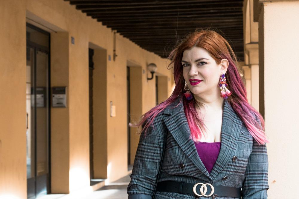 outfit curvy plus size pantaloni palazzo viola e blazer principe di galles (8)