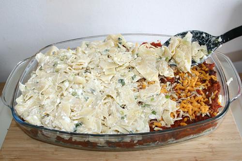 38 - Restliche Sauerrahmnudeln dazu geben / Add remaining sour cream noodles