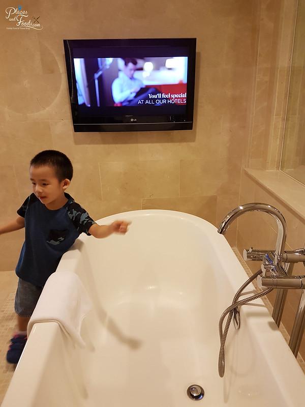 grand mercure bathroom bathtub