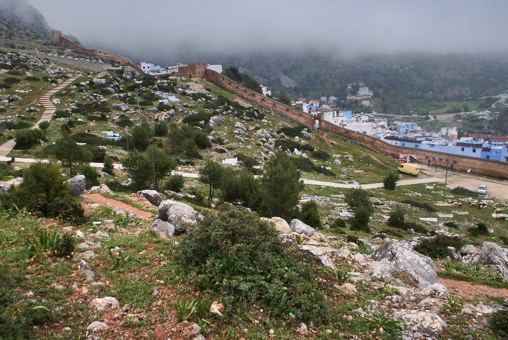 Cimetière au de là des murs au nord de Chefchaouen.