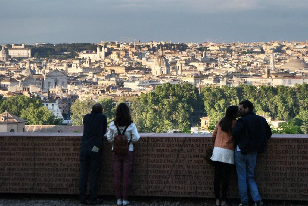 Bisous devant le panorama de Rome depuis la colline du Janicule.