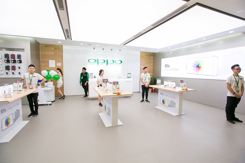 OPPO KLCC Flagship store overview