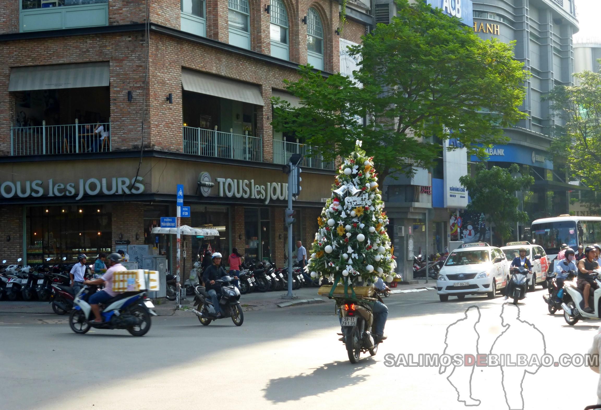 1359. Árbol de Navidad en moto, Ho Chi Min