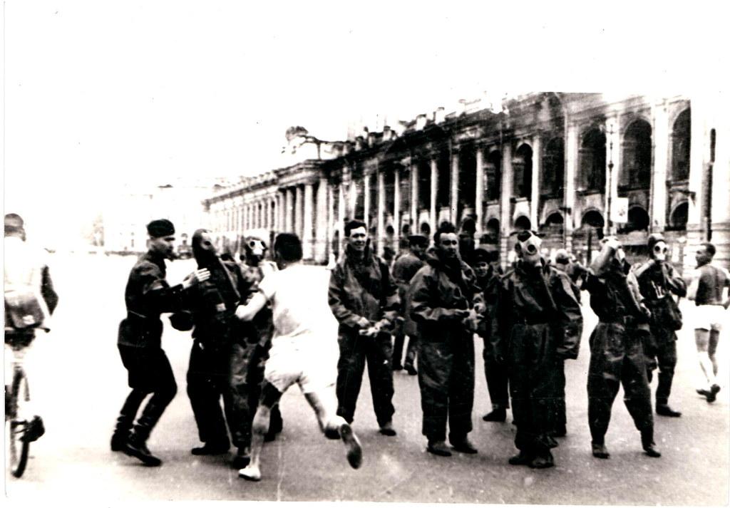 1943. Военизированная эстафета (с противогазами)
