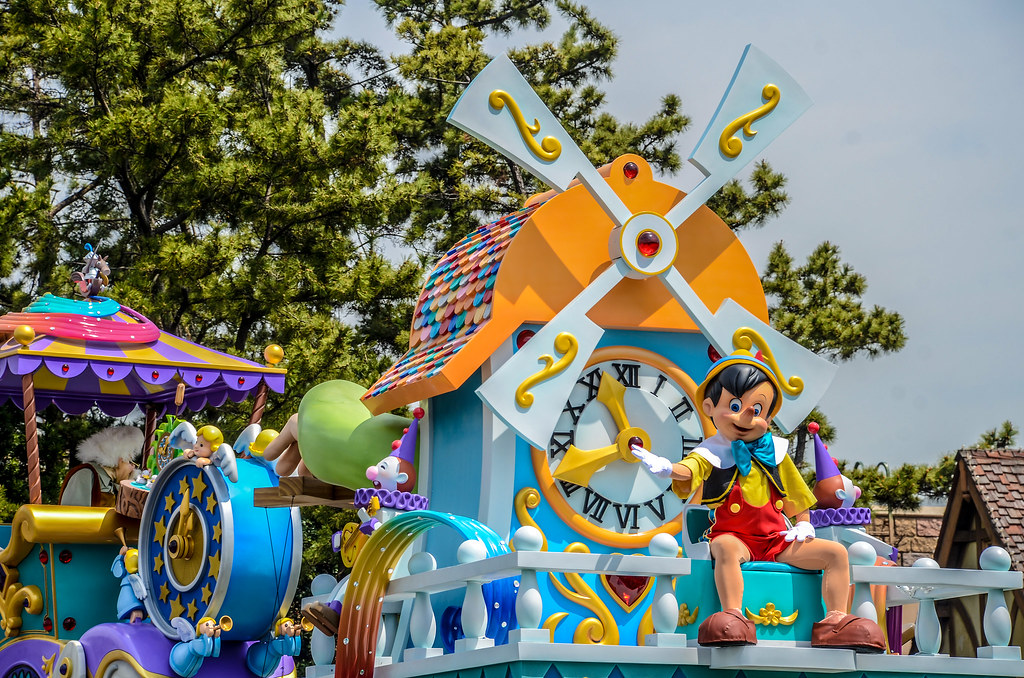 Pinocchio side eye Dreaming Up float TDL