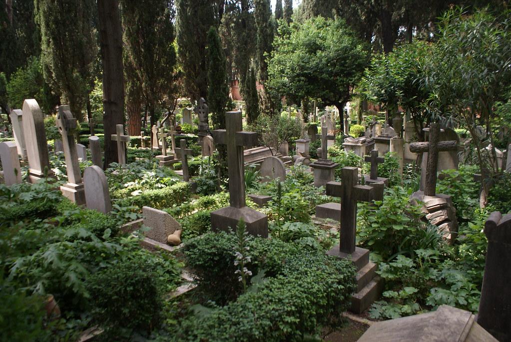 Le cimetière protestant ou non-catholique de Rome est un jardin planté de nombreuses fleurs, arbres et plantes.