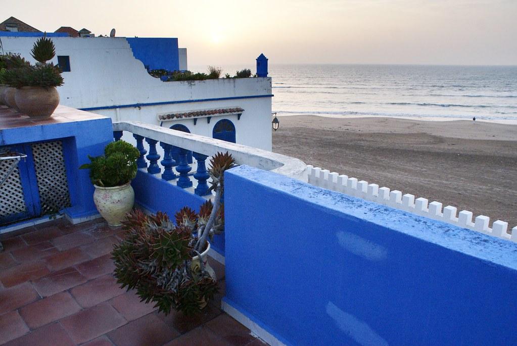 Vue sur la mer et sur la plage au pied de la médina d'Asilah