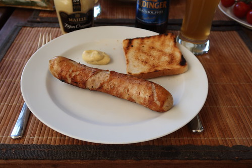 Bratwurst mit Toast und Senf