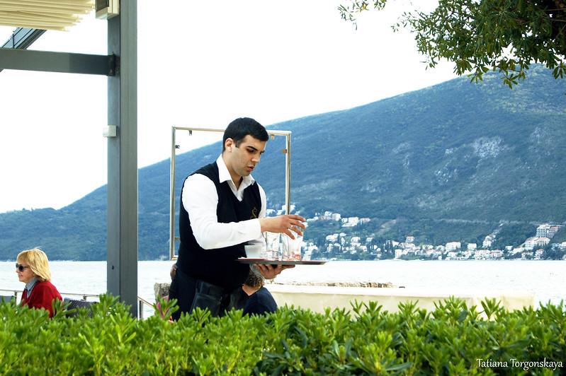 Официант в черногорском ресторане