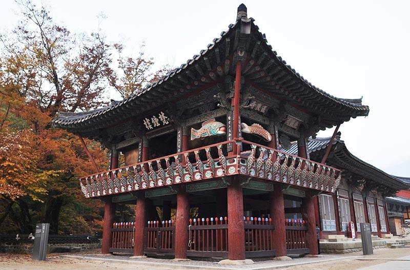 Paviliun bel di Vihara Tongdo (Tongdosa), di Yangsan, Gyeongsang Selatan.